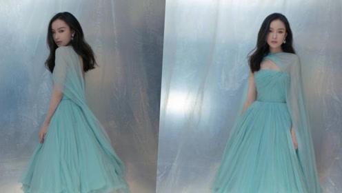 倪妮一袭浅绿色纱裙,勾勒精致曲线,清新飘逸