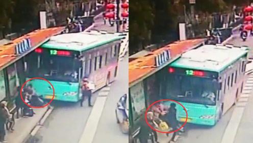 事发监控曝光!江苏盐城一公交冲上站台 两名候车乘客被卷车底