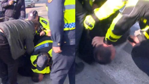 """实拍:内蒙古一""""黑车""""司机抗法 交警警告无效后喷催泪瓦斯制服"""