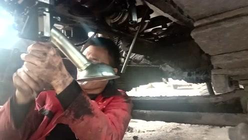 这修理工,修车就是利索