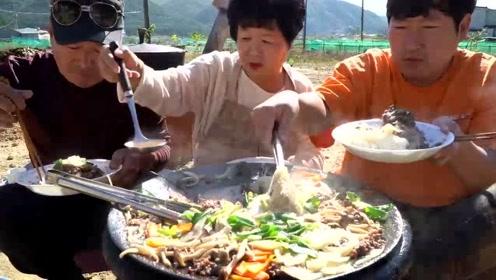韩国一家三口吃牛肉炖粉条,吃的连配料渣都不剩,做太少了