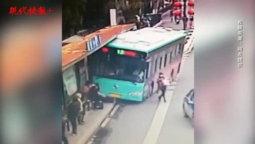 公交车冲向站台两人被压,几十位市民推车救人
