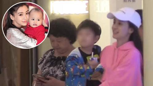 baby带儿子逛商场,2岁小海绵长高了一头卷发很呆萌