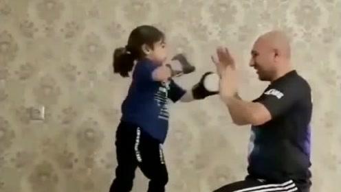 小女娃和爸爸玩拳击,娃太逗了