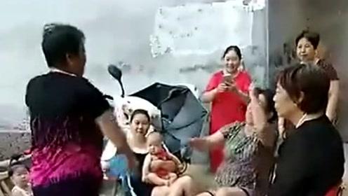 这种吵架方式是不是很厉害,农村大姐必备的技能,简直不要太搞笑!