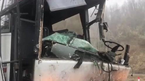 美国一客车发生车祸19人受伤 卡车被撞成两截