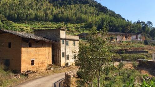 福建与邻省交界处偏僻山村,环境和基础设施很好,却看不到什么人