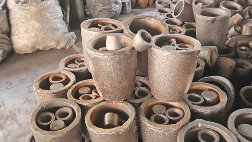 印度乡镇工厂制作的坩埚,设备环境简陋,但产品质量还不错