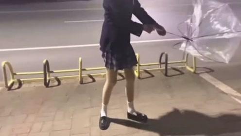 当短裙小姐姐遭遇大风,怕是人都要被吹走了!