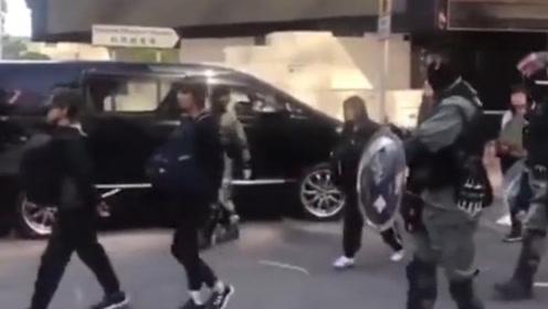 港警重拳出击!香港理工大学暴徒口罩被扯下双手背后 分批押上警车