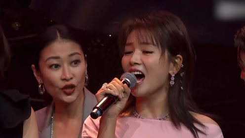 尴尬!刘涛唱《亲爱的小孩》险些破音,台上明星神情各异忙着站位