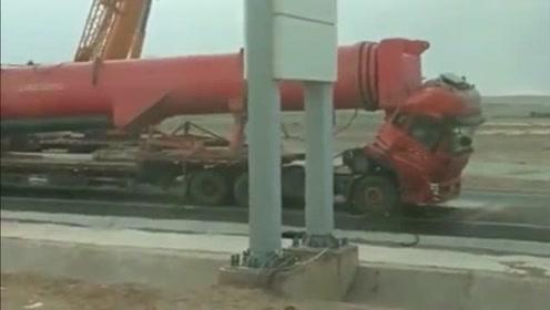 一脚刹车损失好几万,车头差点都砍掉,司机也难以幸免!