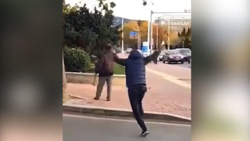 大连一男子手持菜刀斧子与民警对峙  被一个帅气的背后抱摔制服