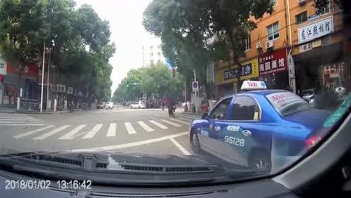电动车女子闯红灯面不改色!瞬间被撞懵圈!悲剧!