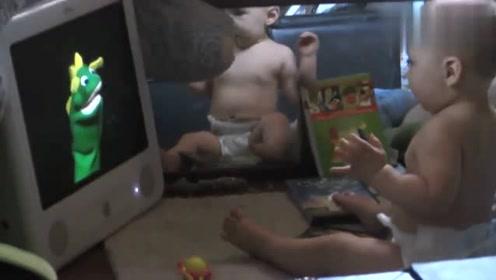 宝宝看动画片,小怪兽突然伸舌头,宝宝被吓到了