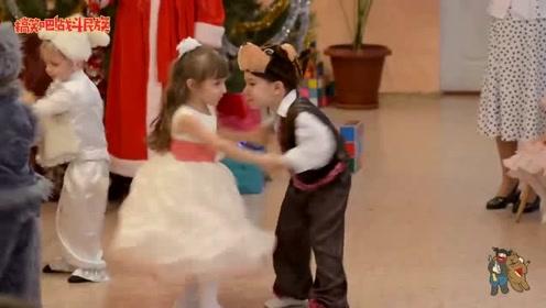 开场5秒就把大家逗笑了,幼儿园舞会上的熊孩子真是个活宝
