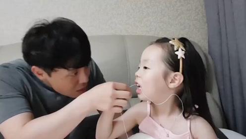 小女孩换乳牙,薅住绳子不敢拽,气得冲爸爸发火哇哇大哭,太逗了