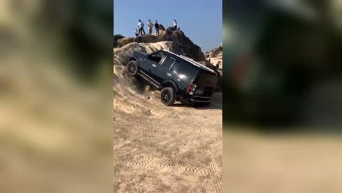 路虎发现4挑战陡坡,试了一下还是放弃了!
