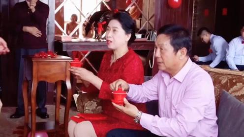 新郎向女方父亲递茶后 新娘神反应引现场爆笑