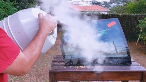 老外把-196℃液氮倒在汽车玻璃上,结果让人意想不到!