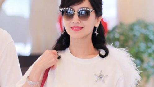 65岁赵雅芝又穿芭比粉,搭配羽毛T恤减龄20岁,比小姑娘还敢穿