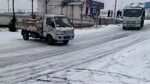 雪地上的路面不好走啊,驾驶员一定要当心,出了事故就不好解决!