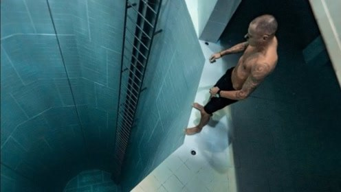男子憋一口气跳入世界最深泳池,迅速下沉到底,网友:花式作死
