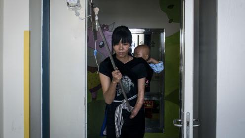 云南22岁独臂妈妈将女儿背出大山求医 对医生哭求:我想救她一命
