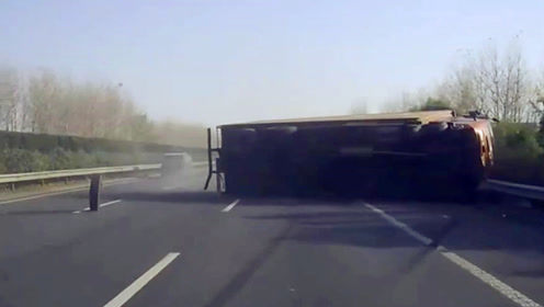 惊险!前方货车突然爆胎侧翻 客车司机及时刹车救了全车人的命