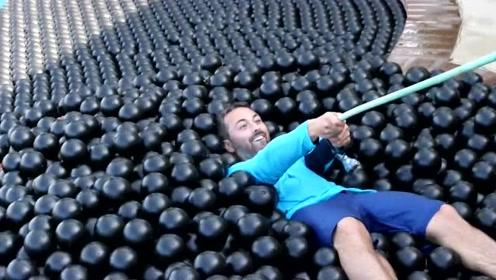 塑料球浮力有多大?用一万个小球填满泳池,有趣的现象发生了