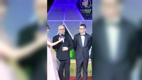 《我不是药神》剧组亮相金鸡奖红毯,徐峥调皮和粉丝high five