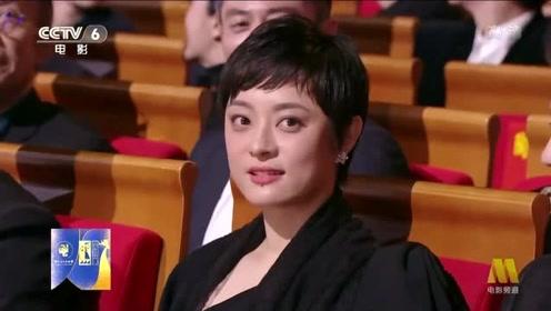 金鸡奖最佳女主角颁奖前,邓超给孙俪比心,超乖超萌!