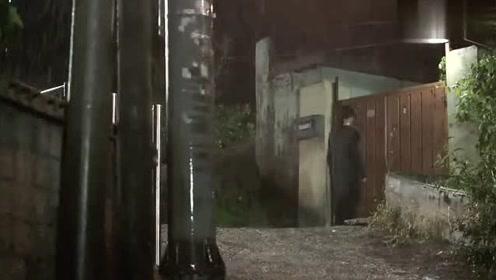 姑娘下着雨还在敲男人家的人,看到男人出来,就说自己的初吻给了他