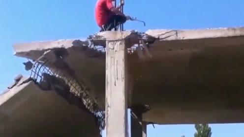 小伙房顶正在施工,意外发生得太突然,回看监控腿都软了!