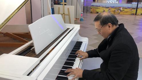 西安62岁退休老人商场自学弹钢琴 13个月学会15首曲子