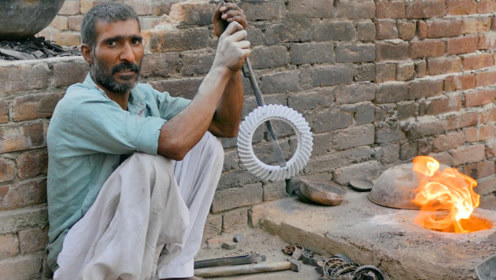 印度不愧是开挂的民族,砂堆手工浇筑汽车齿轮,装汽车上能开吗?