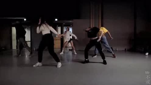 小姐姐们劲爆热舞,动感舞姿引人注目