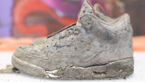 老外河边泥潭中挖出一双鞋子,拿回家认真清洗后,简直赚大了!