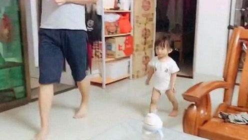 小棉袄为了一口吃的,成了粘人精,下一秒爸爸都被她打败了!