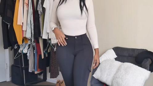 白色打底衫加蓝色休闲裤,搭配黑色针织衫