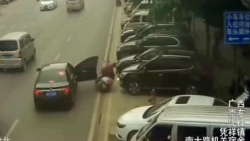 开门都不看过路的人,电动小哥惨遭意外 ,监控全拍下!