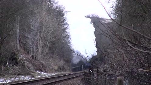 老式蒸汽火车启动,怠速真稳,百年前的蒸汽火车就是牛啊