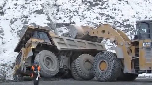 """司机把370吨""""巨型卡车""""开翻,看工人如何抢修,过程太过震撼"""