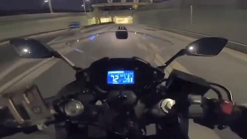 深夜机车骑士驾驶铃木gsx250r,隧道内狂飙,好向往这种奔放