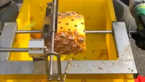 牛人发明的削菠萝神器,真是好用,再也不怕刺到手了