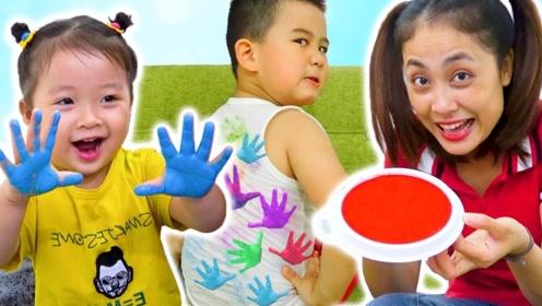 老师准备了好多颜料,调皮的学生把颜料涂在手上,真好玩!