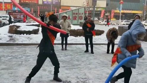 东北女人玩游戏凭的勇气,蒙上眼谁也不怕
