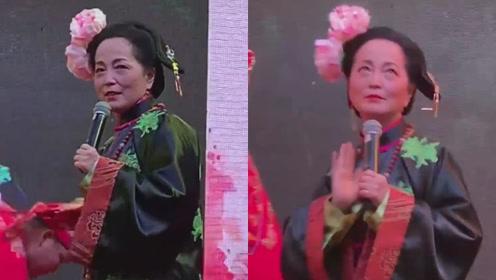 """56岁""""石榴姐""""苑琼丹再现《九品芝麻官》经典造型,搞怪依旧"""
