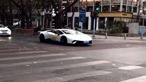 大佬开着兰博基尼就炸街,没想到一脚油门就把现代车甩在百米开外,尴尬啊!