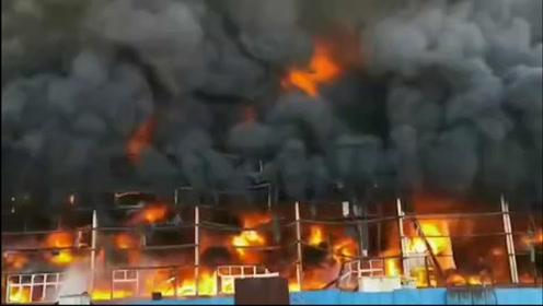 新乡一废弃厂房今天突发大火 现场浓烟滚滚